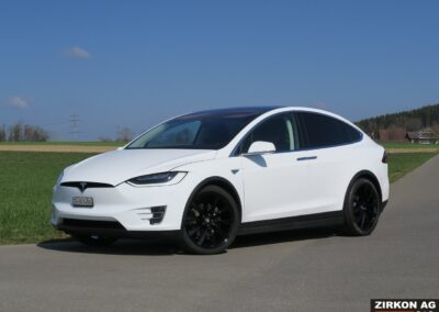 Tesla Model X 90D weiss 04